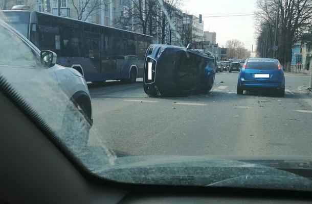 Две иномарки и машина скорой медицинской помощи столкнулись в центре Вологды