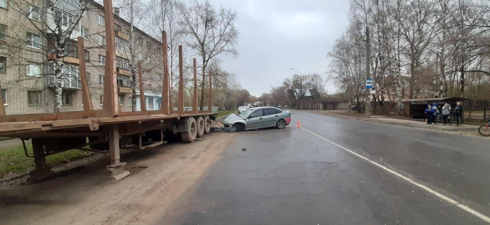 В Вологде пострадал молодой водитель, въехавший в прицеп